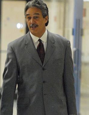Por participar presuntamente en un esquema de lavado dinero a favor del convicto narcotraficante José Figueroa Agosto, alias Junior Cápsula.