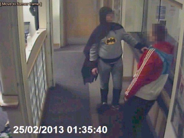El misterioso hombre se presentó en la comisaría inglesa de Bradford para entregar de otro individuo, de 27 años, implicado en varios delitos.