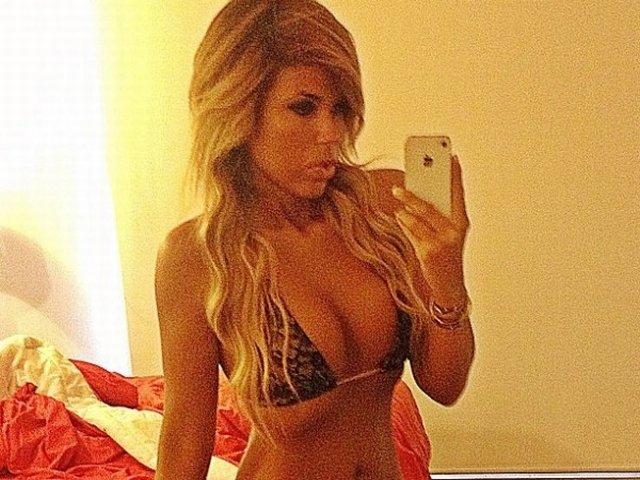 La hija de Laura Bozzo, Alejandra de La Fuente Bozzo, regaló algunas fotos sensuales a través de su cuenta de Instagram a todos sus seguidores.