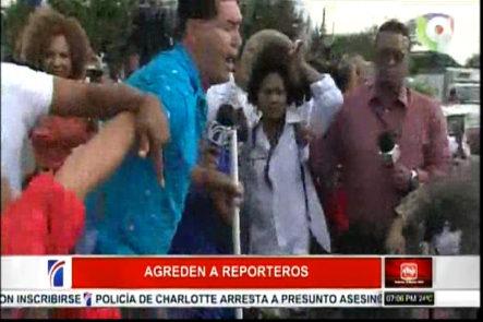 Miembros de la prensa son agredidos por un hombre identificado como Coronel Gomez en medio de protestas
