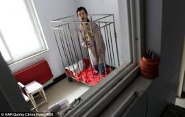 """Una mujer china que ha mantenido a su hijo encerrado en una jaula durante 42 años, ha hecho un llamamiento para que alguien cuide de él después de que ella muera, informa """"DailyMail"""". Peng Weiqing, de 48 años, ha vivido desde los seis años dentro de una jaula en la casa de su madre en la ciudad de Zhengzhou, capital de la provincia central china de Henan. Esta cruel e inhumana manera de tratar a su único hijo tiene una explicación para Peng Waimei, de 80 años: protegerle. Waimei y su difunto esposo encerraron a su hijo lejos y lo alimentaban a través de los barrotes después de que sufriera problemas de salud en si infancia. Weiqing era un bebé cuando una fiebre muy alta le provocó daños cerebrales, que derivaron en graves ataques epilépticos. Ante el temor de que se hiciera daño y la falta de recursos económicos para pagar un tratamiento, el matrimonio decidió construir la jaula, que fue agrandando a medida que el niño crecía, en la que ha pasado toda su vida. """"Weiqing no puede controlarse. Cuando era joven, se lesionaba con cuchillos o con residuos de vidrio. Incluso al caminar, podía caerse sin justificación aparente y golpearse en la cabeza"""", explicó la anciana. """"Él me debe conocer, a pesar de que no conoce el significado de «madre»"""". Con el padre de Weiqing muerto, su madre tiene miedo por el futuro de su hijo cuando ella muera y no pierde la esperanza de encontrar a alguien que quiera cuidar de él."""
