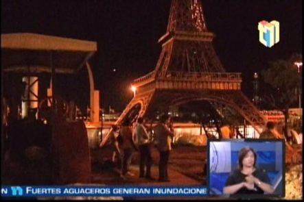 Levantan Replica De La Torre Eiffel En La Parte Posterior De La Plaza De La Bandera