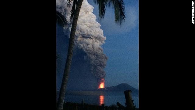 volcan entra en erupcion