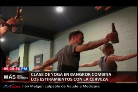 Clase De Yoga En Bangkok Comina Los Estiramientos Con La Cerveza
