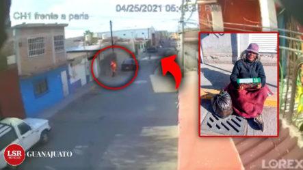 Momento En Que Hombre En Una Bicicleta Le Lanza Gasolina Y Le Prende Fuego A Una Mujer Que Vive En La Calle