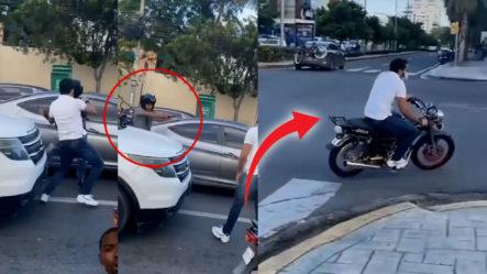 """Momento En Que Hombre Empuja Otro, Este Saca Una Pistola Y El Otro Se """"embala"""" ¿De Quién Era El Motor?"""