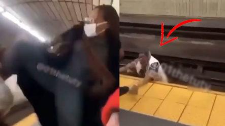 """Mujer Le Mete Una Patada De """"Jackie Chan"""" A Una Anciana Que La Tira A Las Vías Del Tren"""