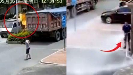 """Hombre Llega Con La Camioneta """"prendía"""" A Los Bomberos ¡Y Mira Lo Que Hace!"""