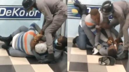 """""""Como Si Fuera Lucha Libre"""" Dos Policías Se Enfrentan A Un Civil Por Razones Desconocidas"""