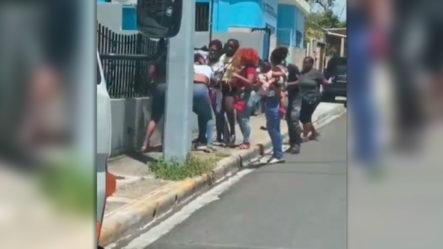 """Dos Mujeres """"se Arrancan El Cabello"""" A Los Golpes Frente A La Fiscalía De Niñosen Puerto Plata"""