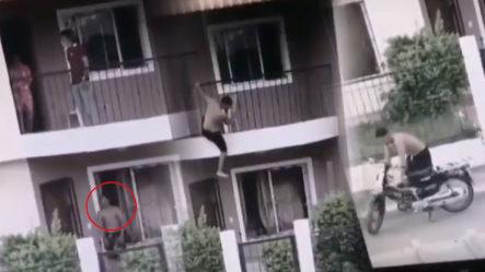 Hombre Llega A Su Casa Y Su Mujer Con Otro ¡Logra Escapar Como James Bond!
