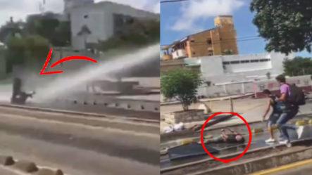 Fuerte Chorro De Agua De La Policía Noquea A Un Joven En Colombia Durante Una Protesta