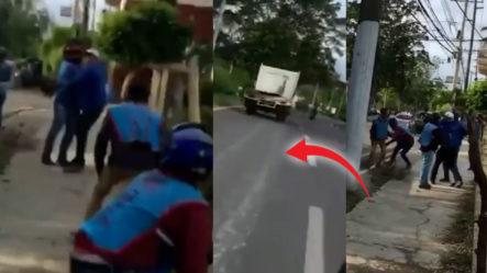Hombre En Un Camión Chocó Un Motorista Y Los Demás Le Cayeron Atrás. ¡Se Amotinaron!