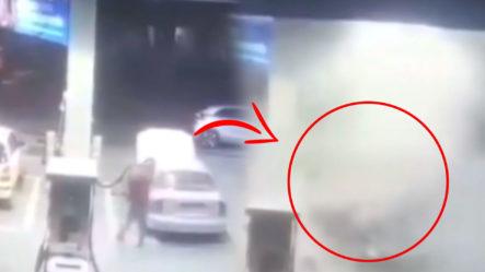 Momento Exacto En Que Un Auto Explota En Una Gasolinera