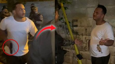 """Agentes Intentan Calmar A Un """"Raso"""" Armado Que Supuestamente Violaba El Toque De Queda"""