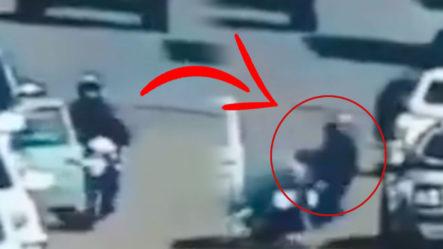 Hombre Mientras Conduce La Motocicleta Choca Contra La Puerta De Un Auto ¡Mira Lo Que Pasó!