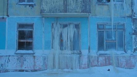 SORPRENDENTE: Mira Cómouna Casa Abandonada Se Convierte En Una Cueva De Hielo En Rusia