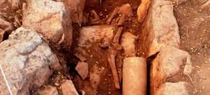 La mayoría de los esqueletos fueron hallados dentro de tumbas líticas denominadas cistas (cavidad rectangular protegida y cubierta por lajas de piedra).