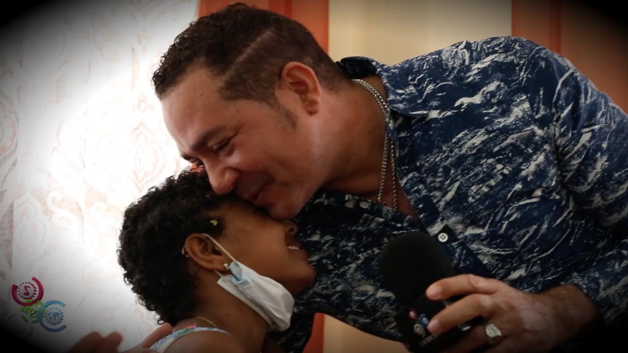 Frank Reyes Hace Un Hermoso Regalo A Una De Sus Fans Más Especiales