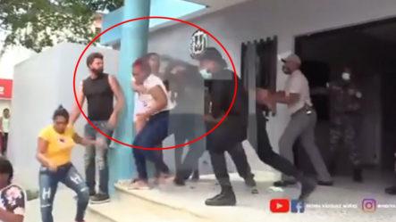 Video Del Momento En Que Un Policía Le Da Un Contundente Golpe A Una Mujer En La Cabeza