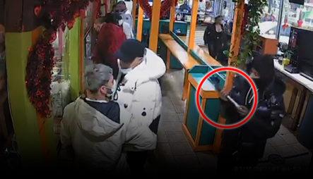 """""""Como El Que No Quiere La Cosa"""" Así Entraron Dos Hombres A Atracar En Un Restaurante En NYC"""