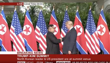 Momento Histórico En El Que El Presidente De Los Estados Unidos Donald Trump Y El Líder Norcoreano Kim Jong-un Se Dan El Primer Apretón De Manos