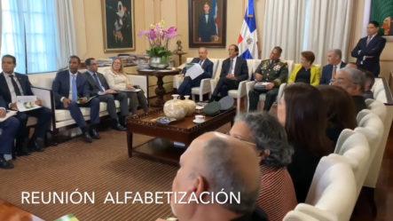 Presidente Danilo Medina Trata Con Funcionarios Sobre Alfabetización