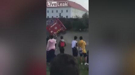 Camión De Bomberos Se Accidenta Cuando Llega A Un Incendio