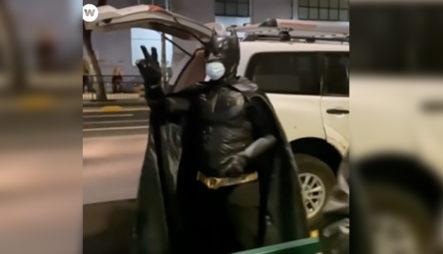Un Héroe Para Los Más Necesitados,disfrazado De Batman Reparte Comida