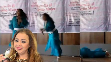 """Jacqueline Estévez """"SUFRE TREMENDA CAÍDA EN MEDIO DE UNA PRESENTACIÓN EN LA GOBERNACIÓN DE S.F.M."""""""