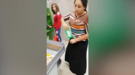 Empleados De Supermercado En Rusia Se Enfrentan A Una Ladrona De Tiendas