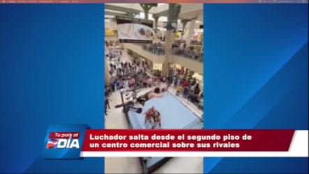 Luchador Salta Desde Segundo Piso De Centro Comercial Sobre Sus Rivales