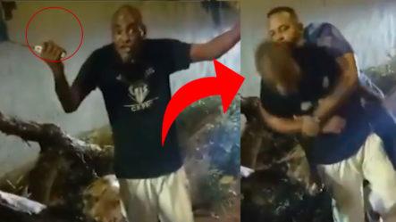 Policía Arriesga Su Vida Para Capturar A Hombre Con Machete Y Pasa Esto…