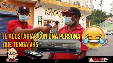"""TE ACOSTARÍAS CON UNA PERSONA QUE TENGA """"VHS""""  BROMA EN LA CALLE"""