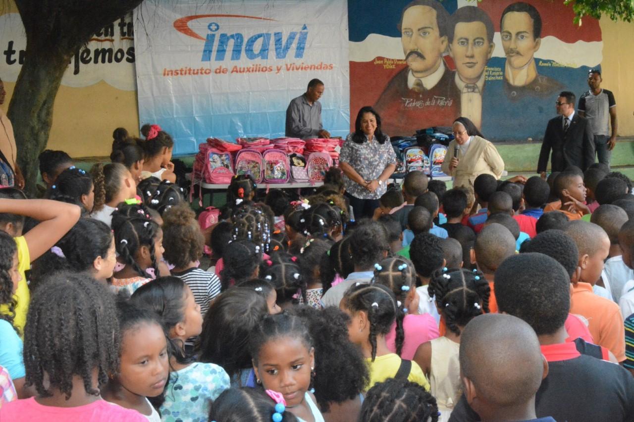INAVI Entrega A 800 Niños útiles Escolares En Los Alcarrizos Y La Romana