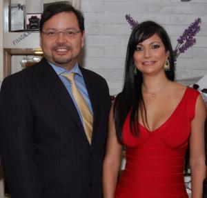 Gabriel Jiménez Aray junto a Yomaly Fernández, en su tienda de Agora Mall.
