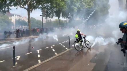 La Policía Francesa Emplea Cañones De Agua Y Gases Lacrimógenos Durante Una Marcha Contra La Violencia Policial