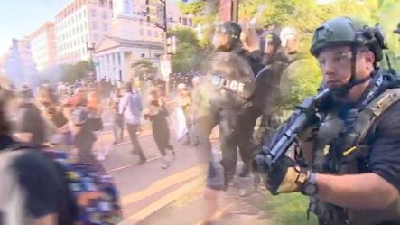 """Le Entran A """"Bombazos"""" A Manifestantes Frente A La Casa Blanca"""