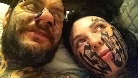 No hacía ni 24 horas que se habían visto por primera vez, pero eso bastó a la joven Lesya para permitir al tatuador Rouslan Toumaniantz grabarle el rostro